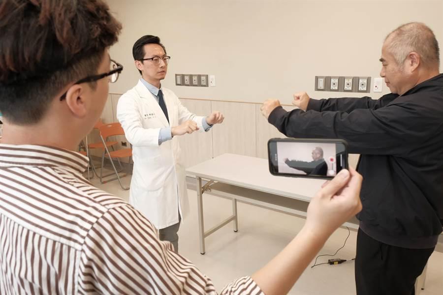 用手機拍下疑似帕金森氏症患者的動作,醫師再運用AI診斷,不只減少確診時間,也可應用在偏鄉。(羅浚濱攝)