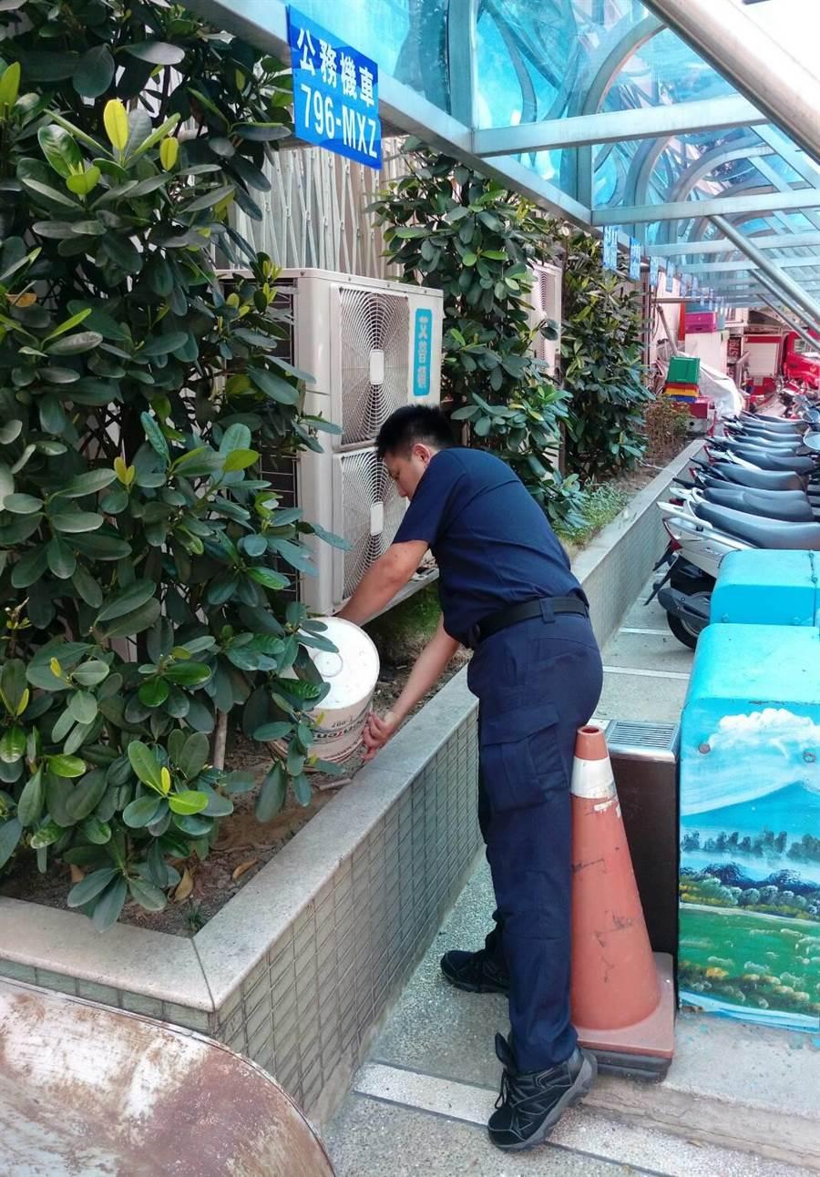 新北市永和警分局利用假日期間清除區域內孳生源與消毒,避免發生群聚傳染,降低登革熱風險。(林柏任翻攝)