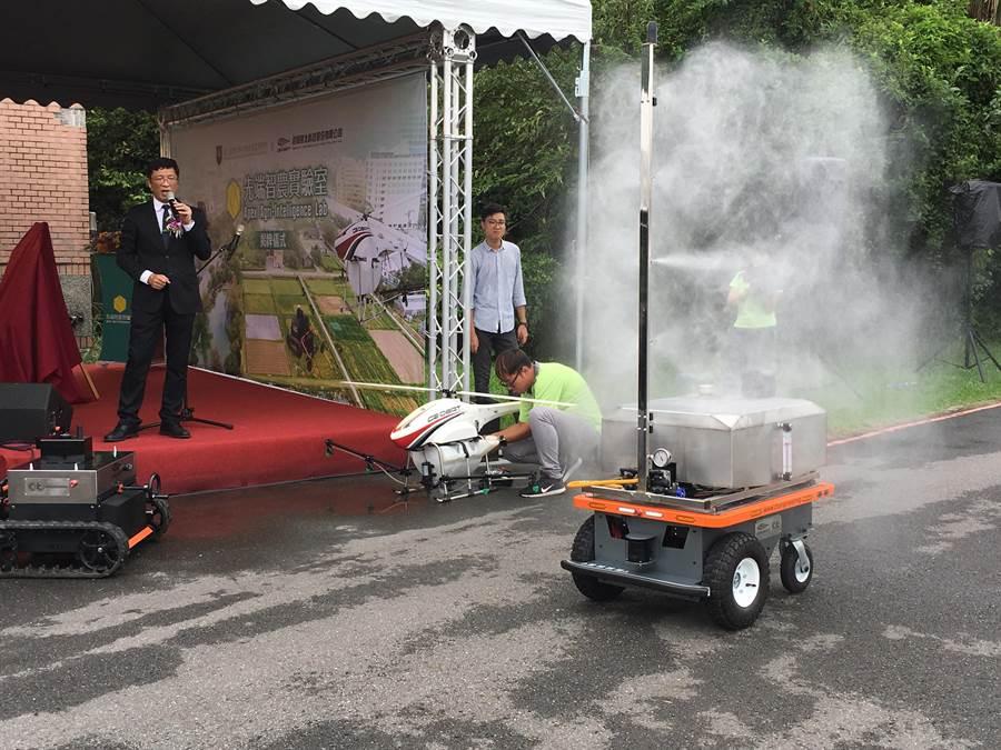 航太經緯科技公司董事長羅正方(左)介紹無人噴霧機。(游昇俯攝)
