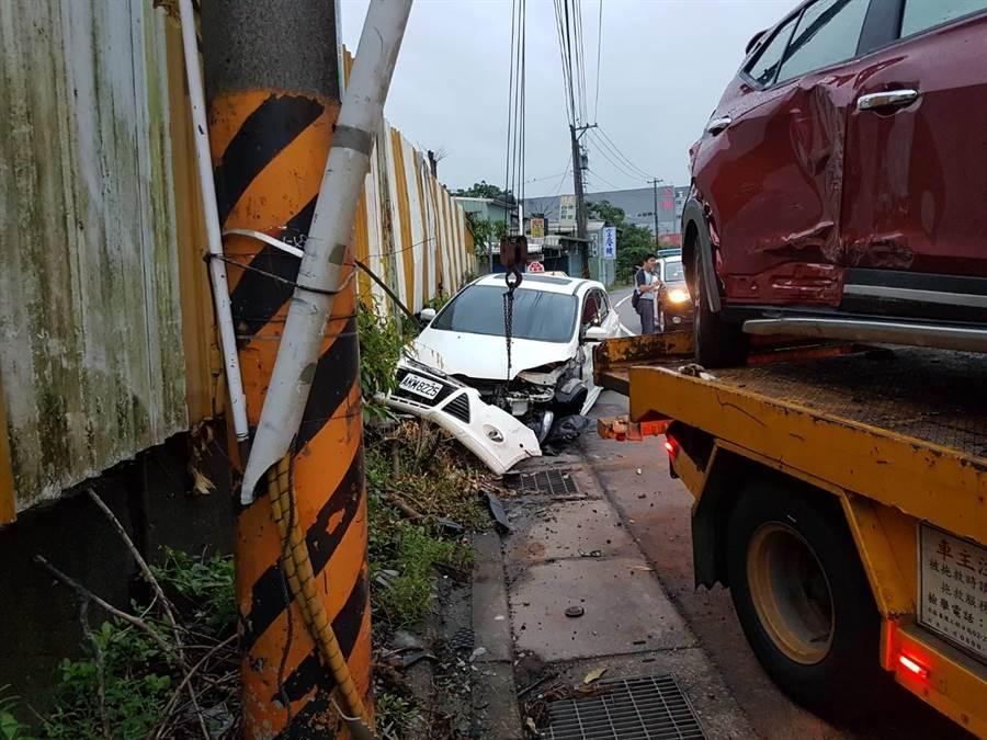 魏男精神不濟,擦撞路旁3輛無辜轎車。(張穎齊翻攝)
