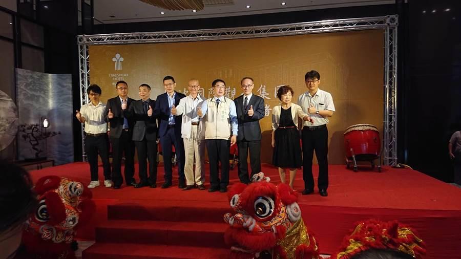 台南市长黄伟哲(右4)与春福建设集团董事长郑桐春(右5)、烟波集团董事长郑君寰(左4)一起为饭店开张剪彩。(程炳璋摄)