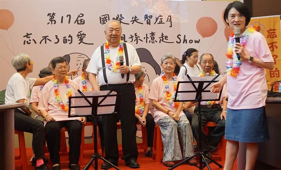 譚艾珍女士(右)邀請社會大眾要好好關心家中長輩,多到據點上課以延緩失智。(陳世宗翻攝)