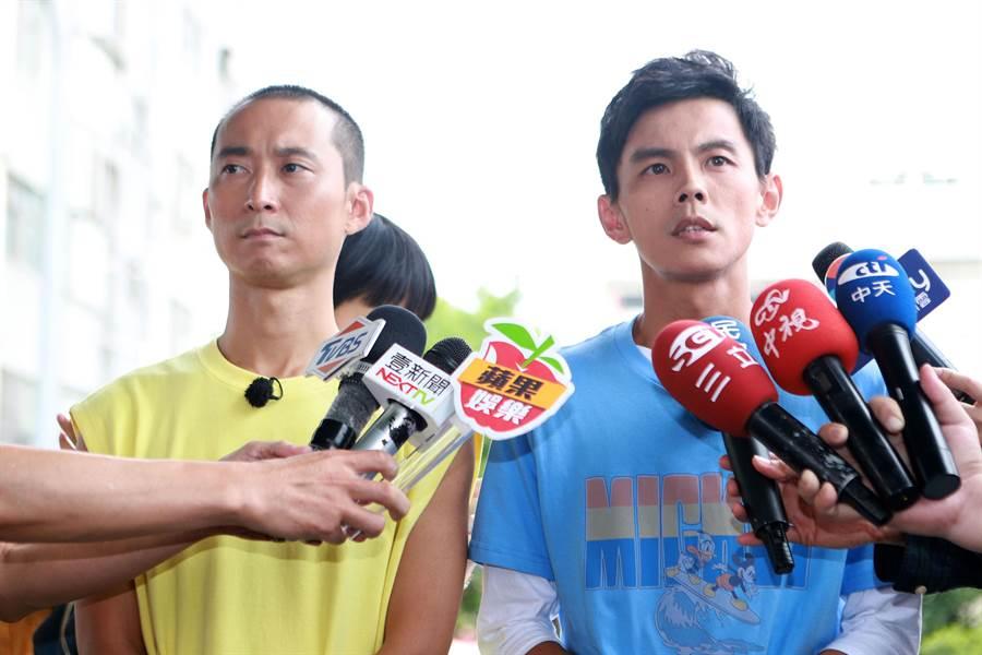 阿翔(右)在浩子(左)陪同下面對媒體。(圖/民視提供)