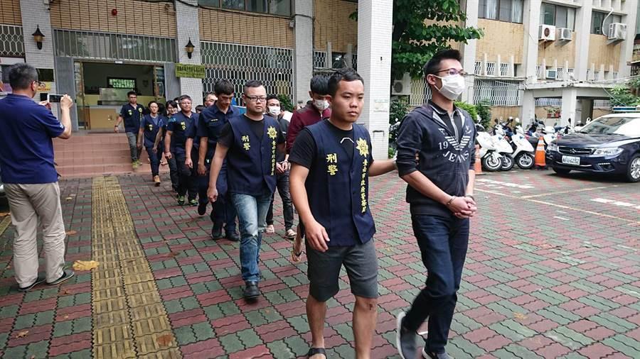 警方破獲劉姓主嫌(前排右1)為首的暴力討債集團。(程炳璋翻攝)