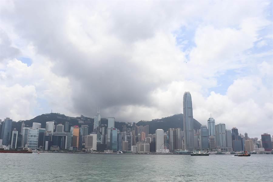 從香港星光大道遠望的香港島。(記者呂佳蓉/攝)