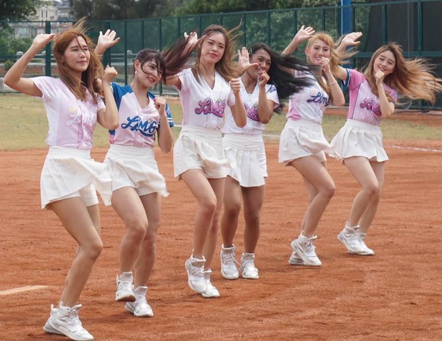 金門縣第2屆太武盃高中棒球邀請賽今(19)日下午登場,6名LamiGirls桃猿職棒啦啦隊員跨海熱舞助陣。(李金生攝)