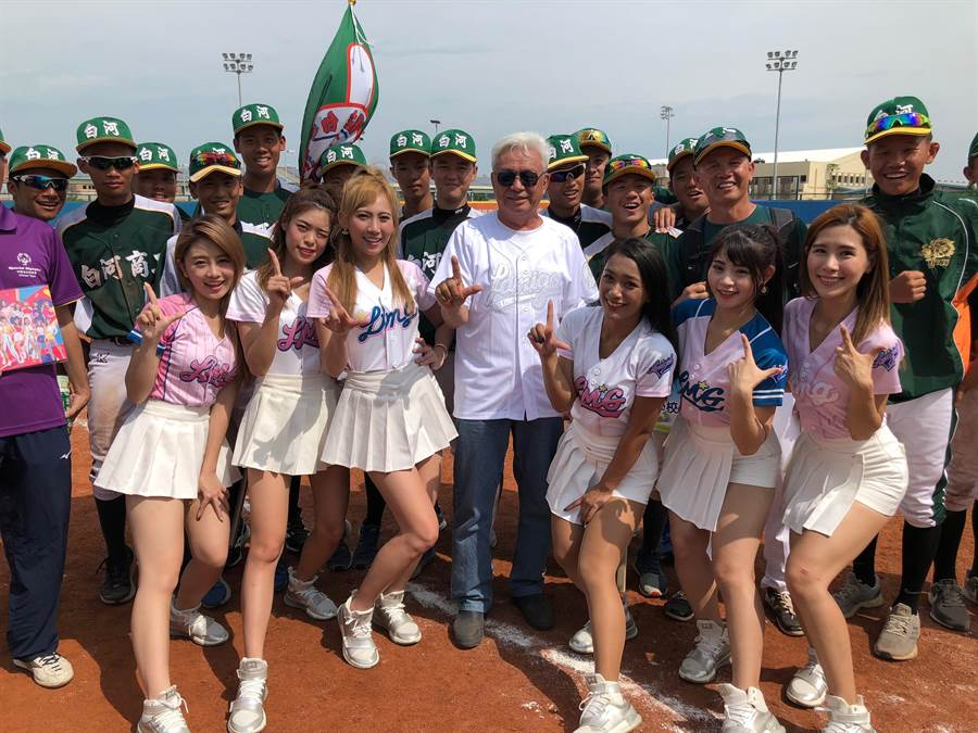 金門縣棒委會主委陳滄江(中)期待在城市棒球交流後,進一步提升金門的棒球風氣和水平。(李金生攝)