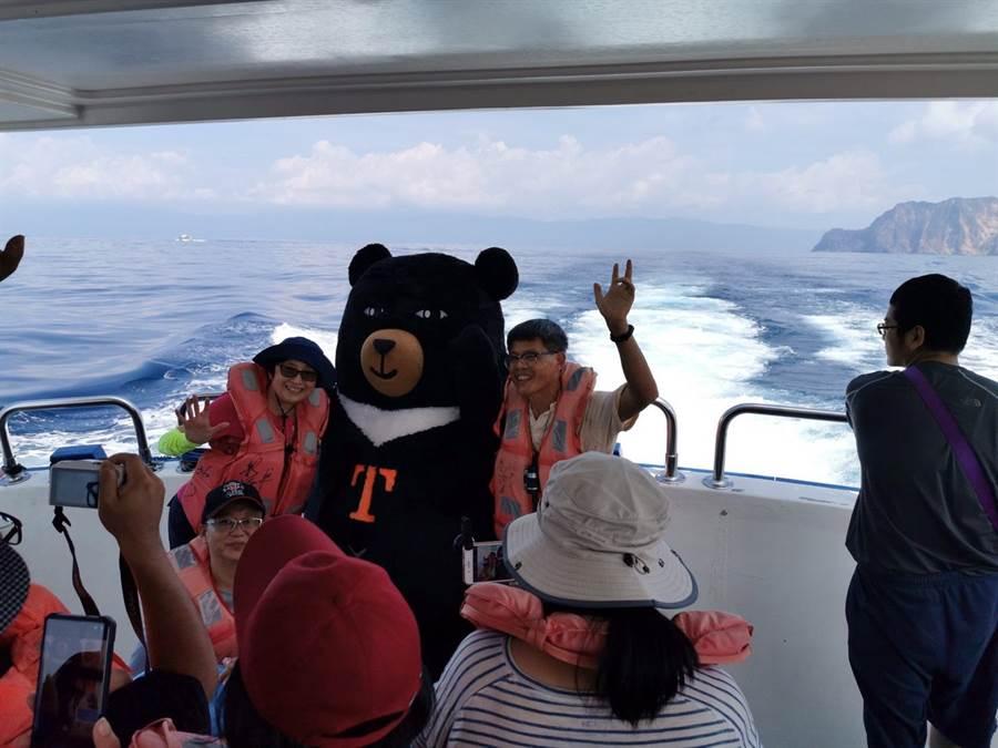 台灣觀巴去年起推出龜山島行程。(台灣觀巴提供)