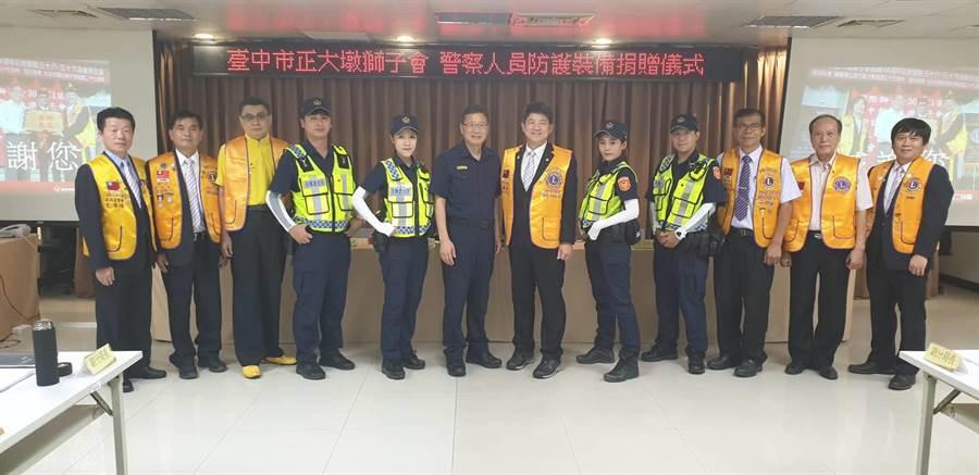 台中市正大墩獅子會18日捐贈市警二分局員警們防曬袖套500雙。(張妍溱翻攝)