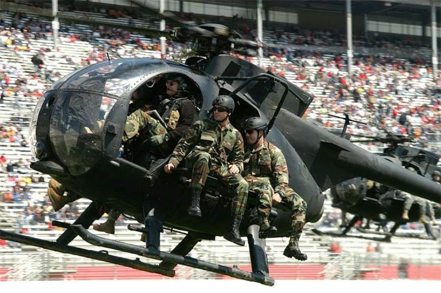雖然MH-6體型很小,但引擎馬力大,可以塞到6個人。(圖/美國陸軍)