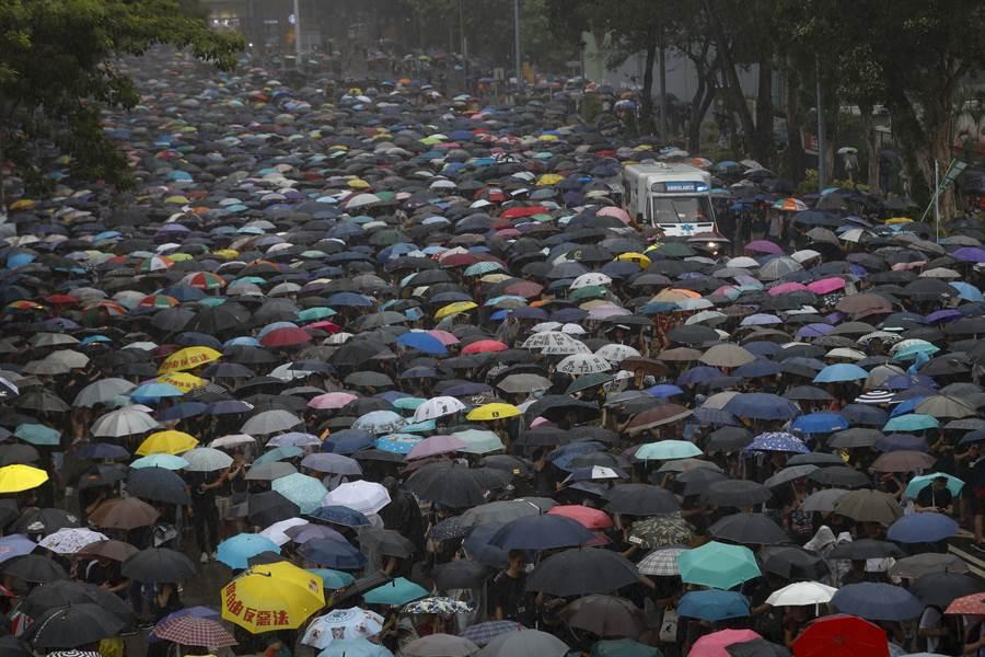 上周日(8/18)香港維多利亞公園集會示威活動號稱湧入170萬人參加,全程沒有發生較嚴重的警民衝突事件,和平理性示威方式成為主調。有外媒認為可能是中共在深圳集結部隊產生了威嚇作用。(圖/美聯社)