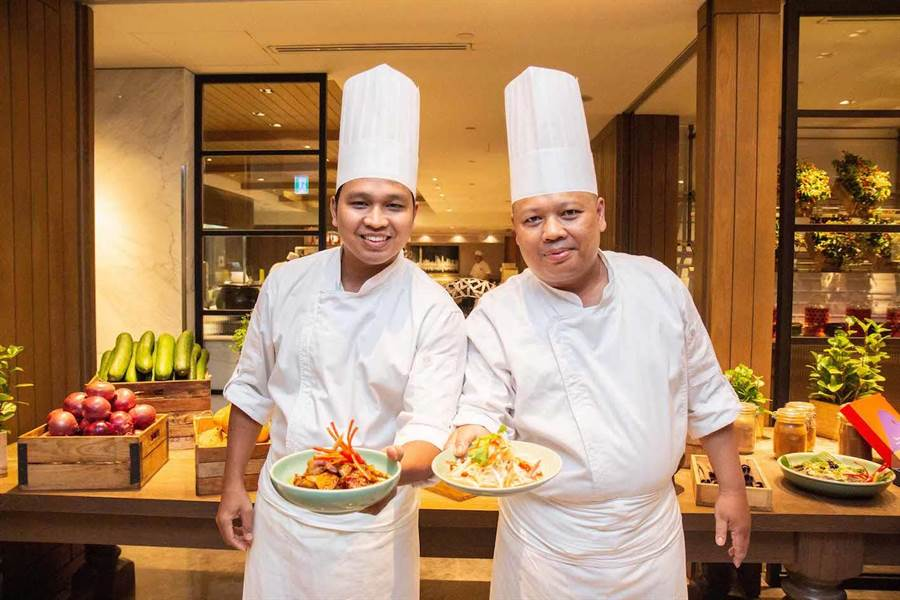 吉隆坡君悅酒店JP teres餐廳副主廚Mohamad Nazib Bin Omar(右)與 Mohamad Khairul Bin Rosli。(台北君悅酒店提供)