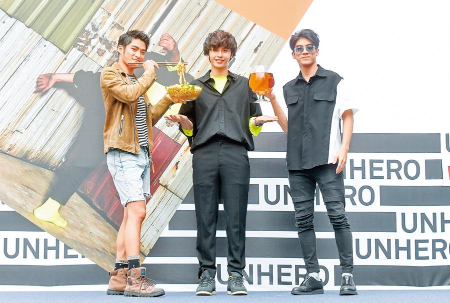 田亞霍(中)昨辦簽唱會,林哲熹(右)、潘綱大到場力挺。(盧禕祺攝)
