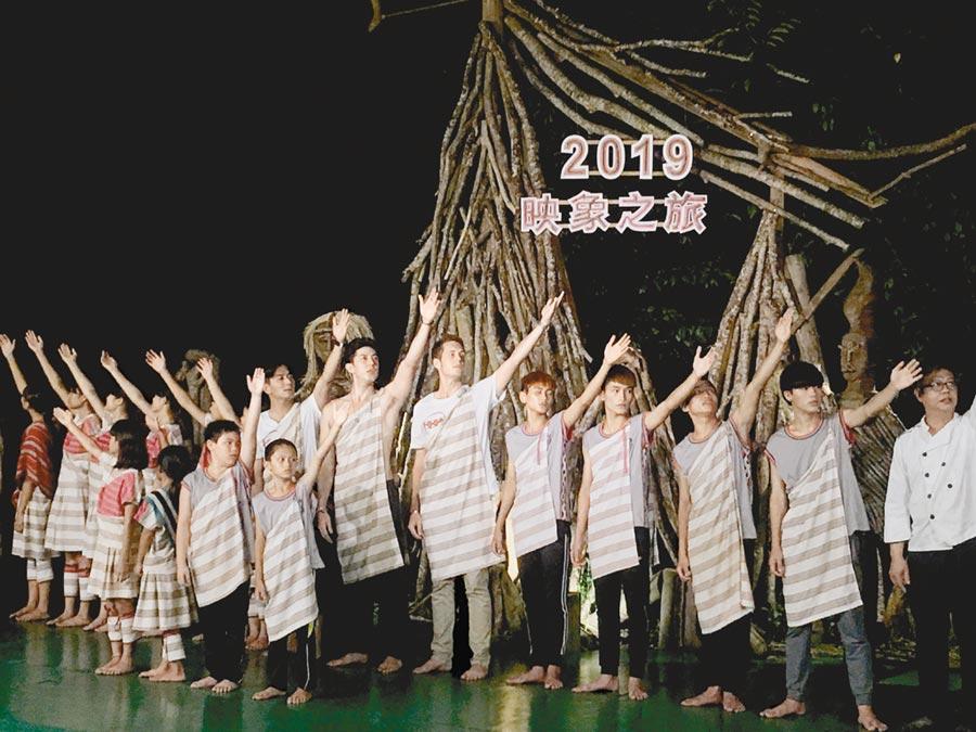 賈斯汀(右起)、舞陽、郭彥均與花蓮的原住民小朋友們一起表演同歡。