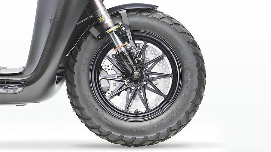 12吋鍛造前輪鋁框具敏銳操控,售價1.2萬元。(Gogoro提供)