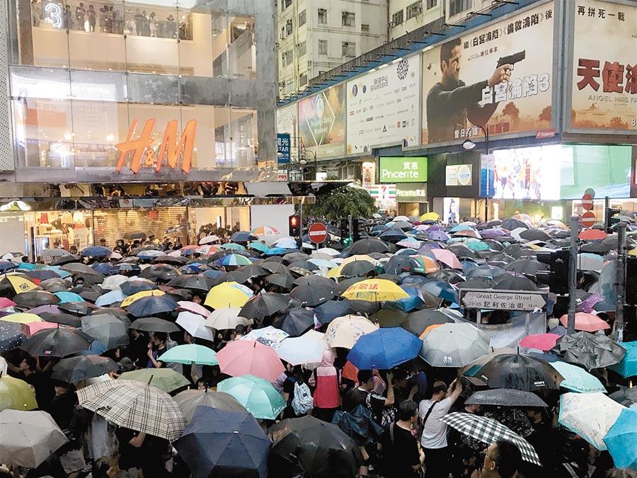 香港民間人權陣線18日在維多利亞公園舉行「流水式」反送中集會。截至傍晚近6時,仍有大批示威者從銅鑼灣的記利佐治道湧入維園。(中央社)