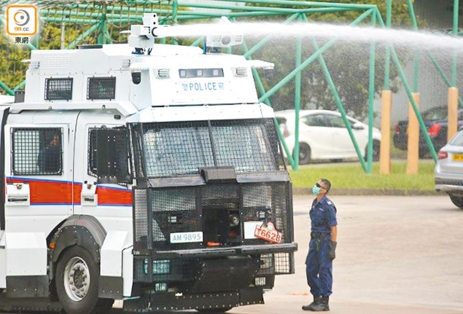 香港警方水炮車18日轉往港島區戒備。(取自東網)