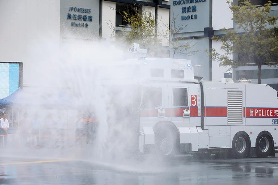8月12日,港警用水炮車驅散人群。(中新社)
