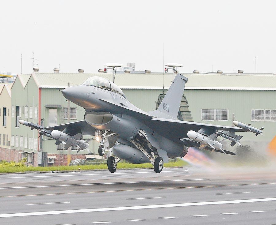 5月28,F-16V戰機首度正式在「漢光35演習」亮相,完成魚叉飛彈(白色)掛彈整補起飛的性能。(本報系資料照片)