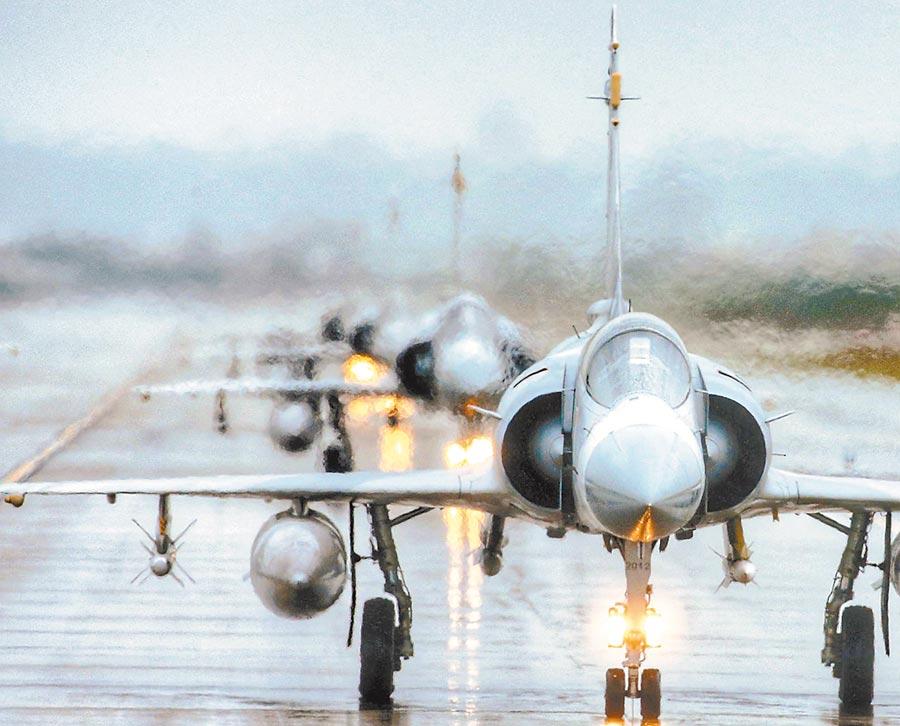 軍方官員表示,買到F-16V戰機不會汰除幻象戰機,反而會強化幻象戰力。圖為國軍108年春節在新竹空軍基地演練,8架幻象戰機編隊滑行。(本報資料照片)