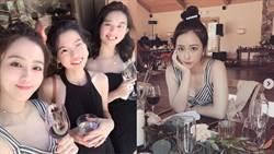 周曉涵喝喜酒「美胸挖空+開衩露美腿」!同框表姐妹網讚:全家都美人