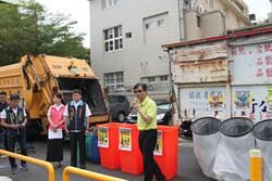 親手交付垃圾危險多 彰化市10處夜間定時定點收垃圾上路了