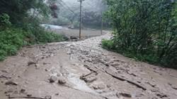 雨勢再起 苗栗泰安土石流阻斷道路