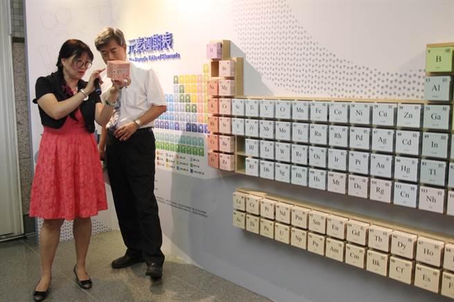科博館推出「百變化學—元素週期表150周年」特展。(陳淑芬攝)