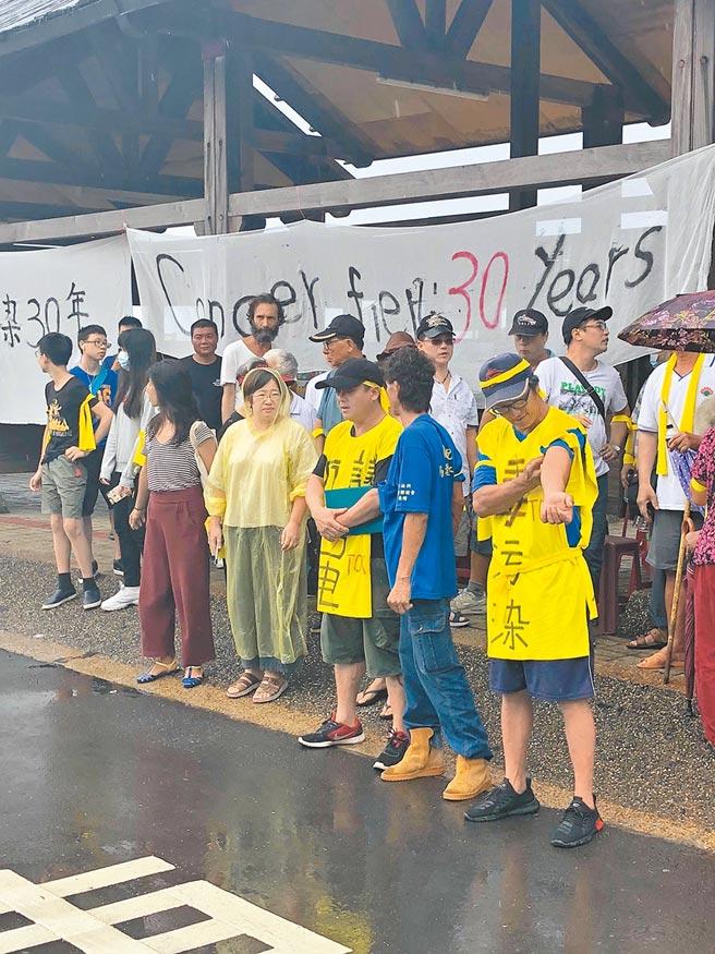 瑞芳區濂新里民19日拉布條抗議,認為台電30年來漠視地方,放任汙染物危害鄉里。(張穎齊攝)