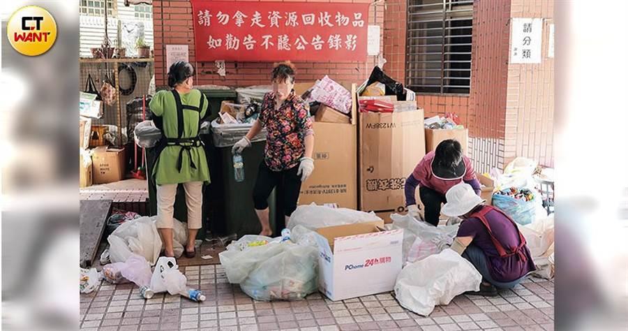 譚女說蔡男一個禮拜只給她500塊買菜錢,她只好在社區收垃圾賺一點零用錢。