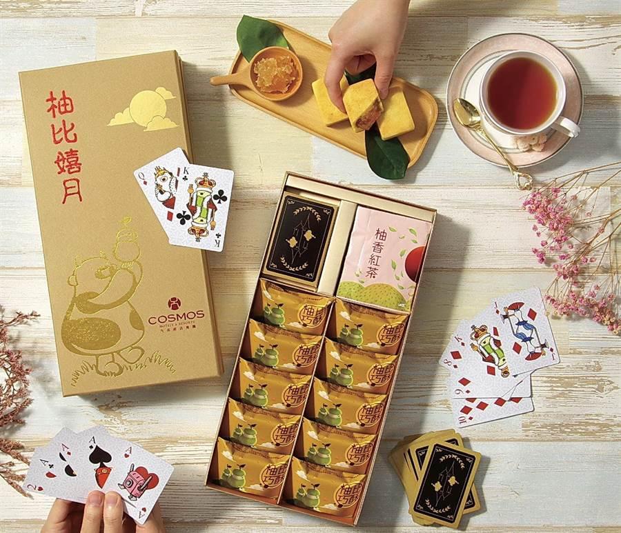 天成飯店集團今年推出的〈柚比嬉月禮盒〉,附贈集團比比家族系列撲克牌,饒富童趣與驚喜。(圖/天成飯店集團)