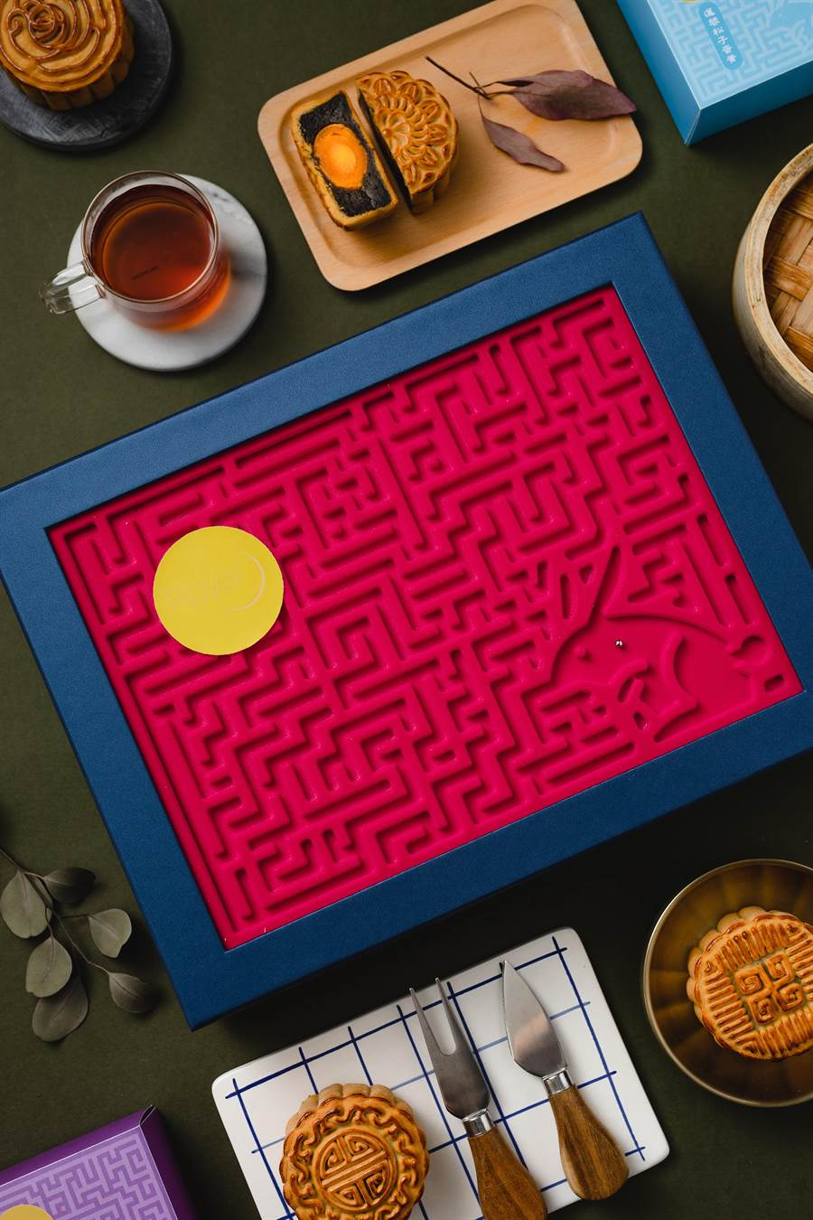 老爺酒店集團今年的中秋禮盒標榜「可以玩」的迷宮設計,圖為內有6種口味月餅的〈玉兔迷宮〉禮盒。(圖/老爺酒店集團)