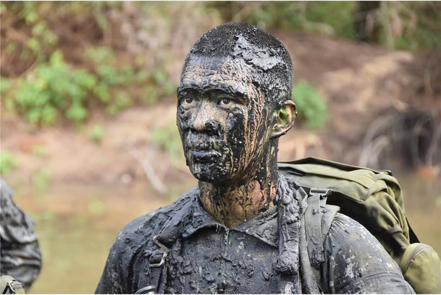 利用髒污的爛泥進行偽裝,只是訓練中的一盤小菜。〈青年日報提供〉
