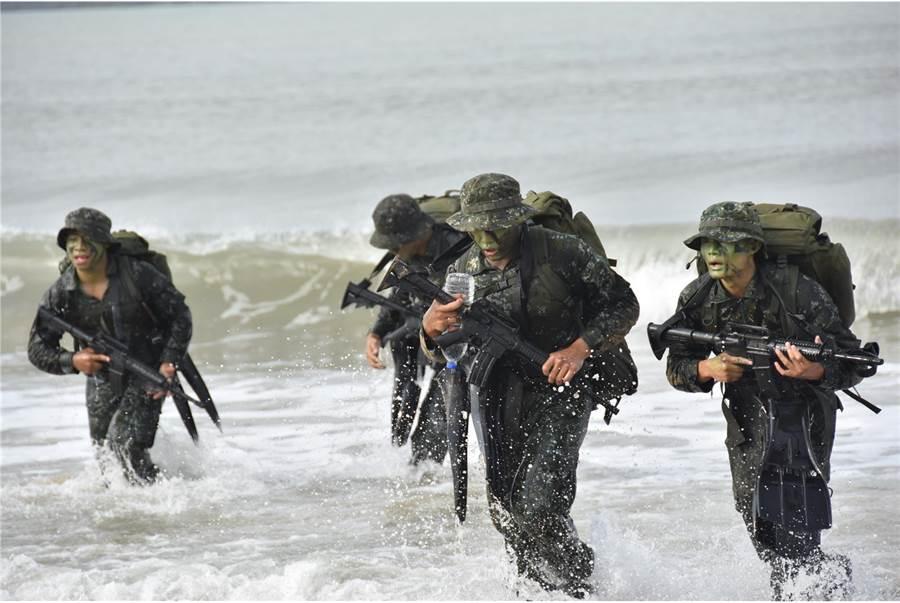 灘岸突擊必須在水中完成著裝後,迅速上岸佔取有力接敵位置。〈青年日報提供〉