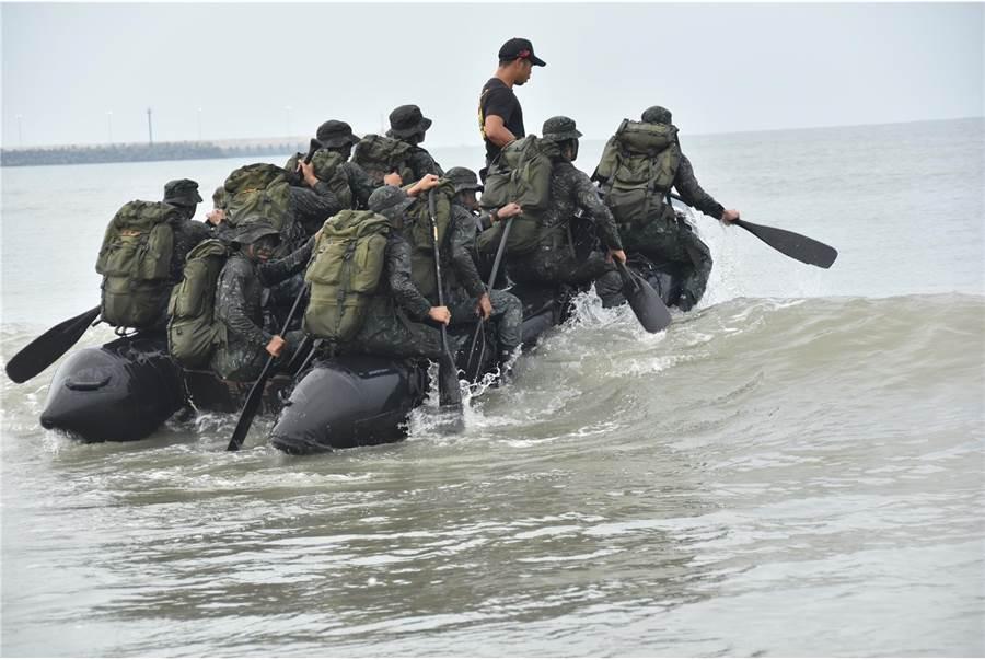 水上操舟訓練是進行突擊行動的必要技能。〈青年日報提供〉