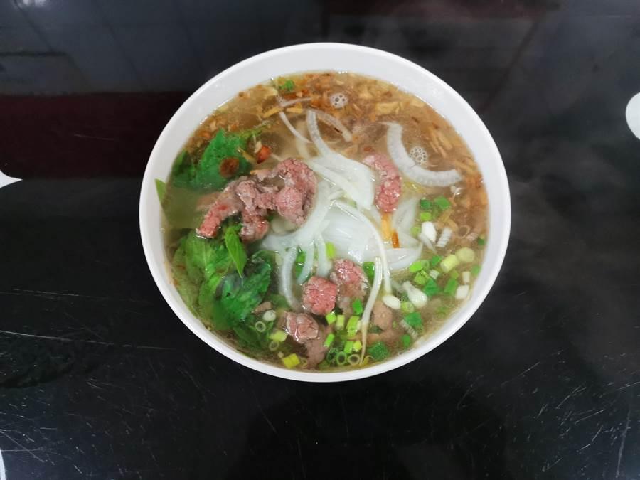 位於玉井中山路的越南河粉店,已開店近8年,最熱門的牛肉河粉湯頭用牛大骨、香茅、薑、半顆洋蔥、中藥慢熬數小時,滿滿一碗分量十足。(劉秀芬攝)