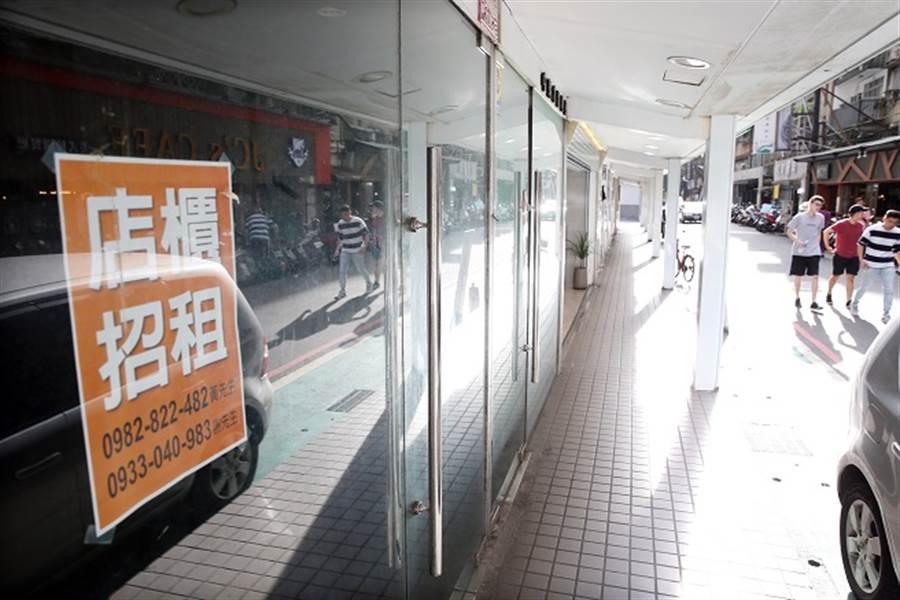 台北市昔日熱門商圈冷清,不少店面都高掛出租布條。(本報系資料照)