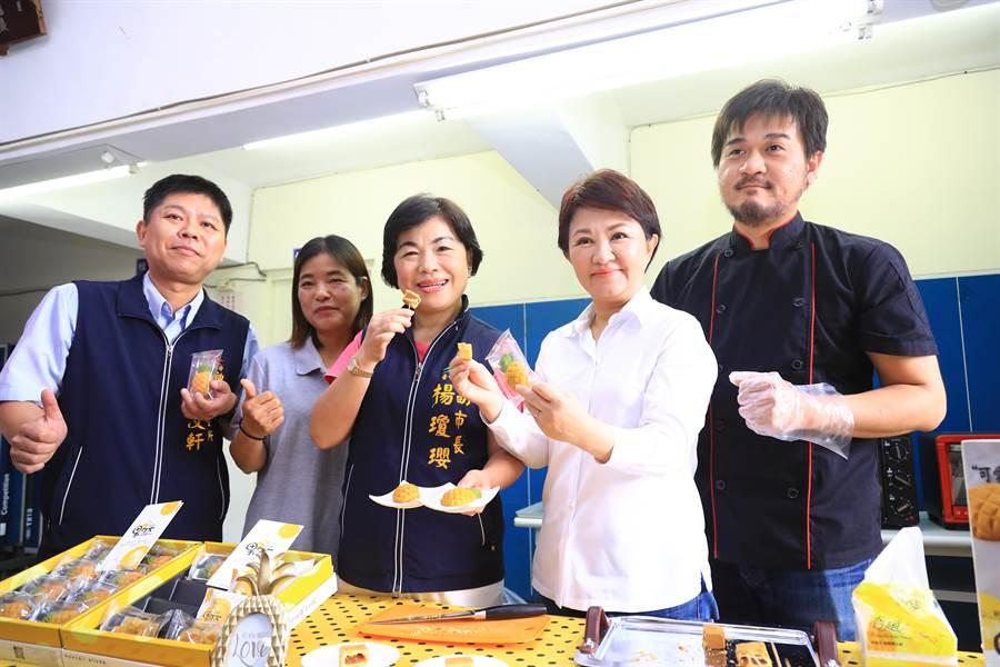 台中市長盧秀燕(右二)推「果然」的鳳梨酥,除內餡使用百分之百鳳梨餡,形狀也做成鳳梨。(王文吉攝)
