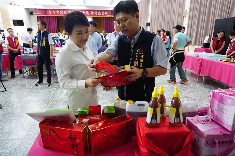 台中市長盧秀燕(左)特別提早當場,透過直播推薦神農雞蛋、手工麵線、百合花及鳳梨酥等。(王文吉攝)
