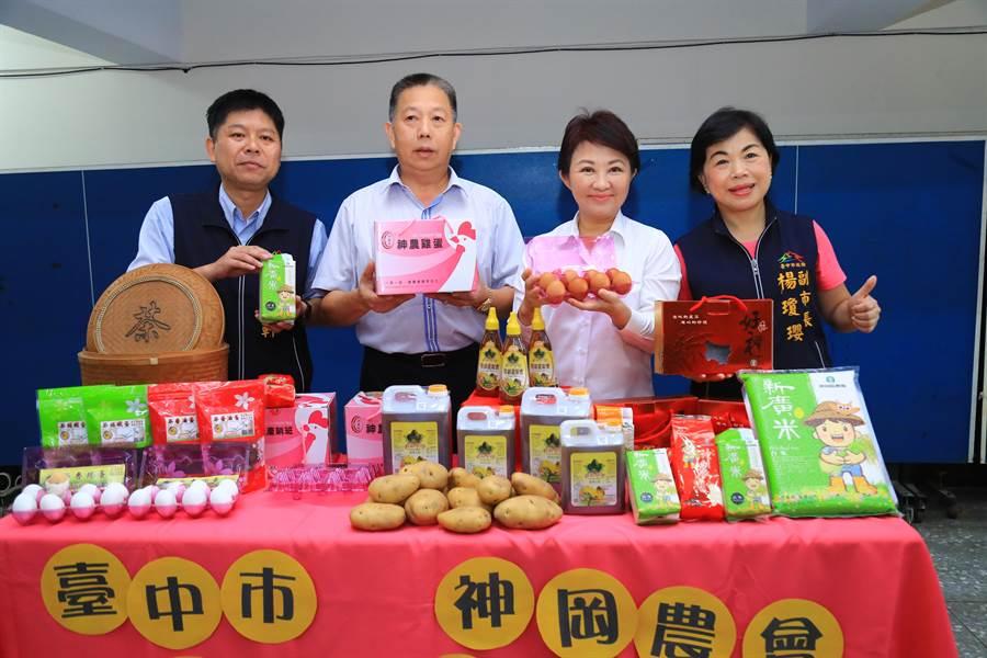 台中市長盧秀燕(右二)特別提早當場,透過直播推薦神農雞蛋、手工麵線、百合花及鳳梨酥等。(王文吉攝)