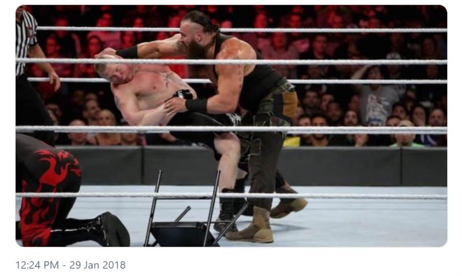 WWE摔角手史卓曼(右)攻擊萊斯納,將他打倒在地。(摘自推特@sescoops, 版權WWE)
