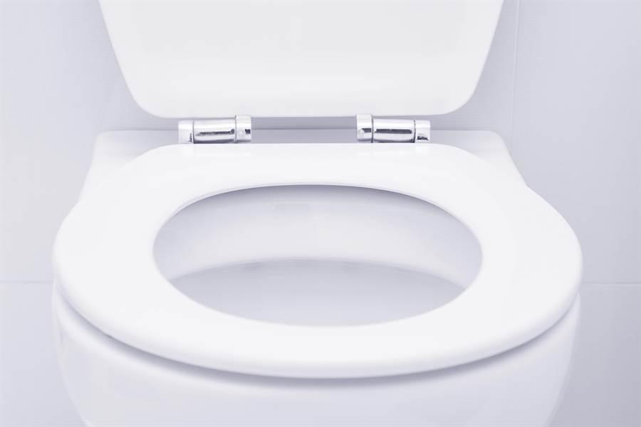 原PO表示,家中長輩為了省小錢,都只用水瓢裝洗手水沖馬桶,把廁所弄得比公廁髒,怎麼說都說不聽。(圖/達志影像)