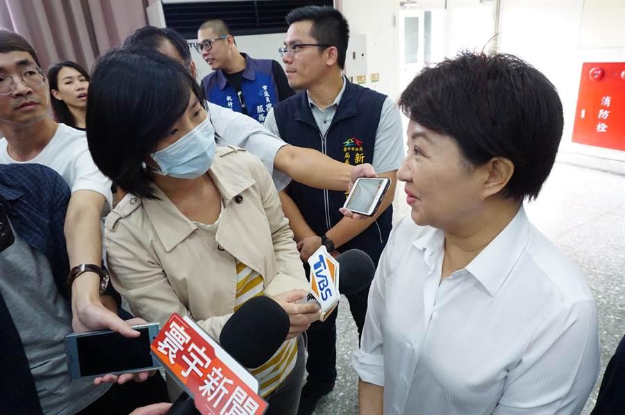 媒體詢問總統蔡英文拋出「市民道歉說」,台中市長盧秀燕(右)受訪時表示「政治人物要多檢討自己,不要檢討選民。」(王文吉攝)
