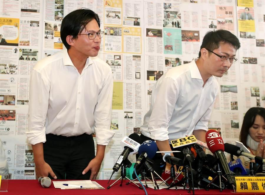 立委黃國昌(左)出席力挺他的國會辦公室主任賴嘉倫(右),投入2020年新北市第12選區立法委員選舉,兩人起身向現場的支持者鞠躬致意。(鄭任南攝)