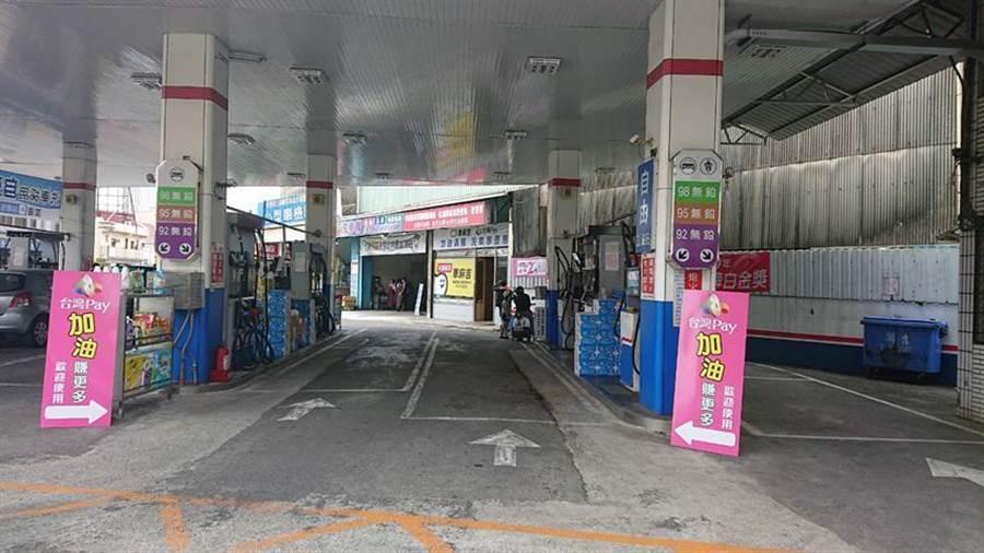 行動支付「掃」進加油站,駕駛人伸手就能輕鬆Pay。 圖/臺灣企銀提供