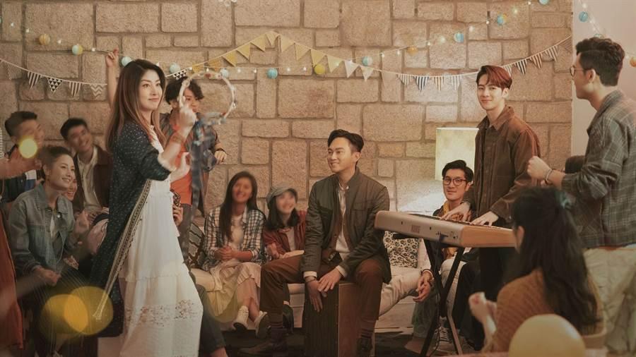 全新廣告以「心 團聚人」為主題,陳慧琳、張智霖及王嘉爾飾演一個樂團(圖/美心月餅提供)