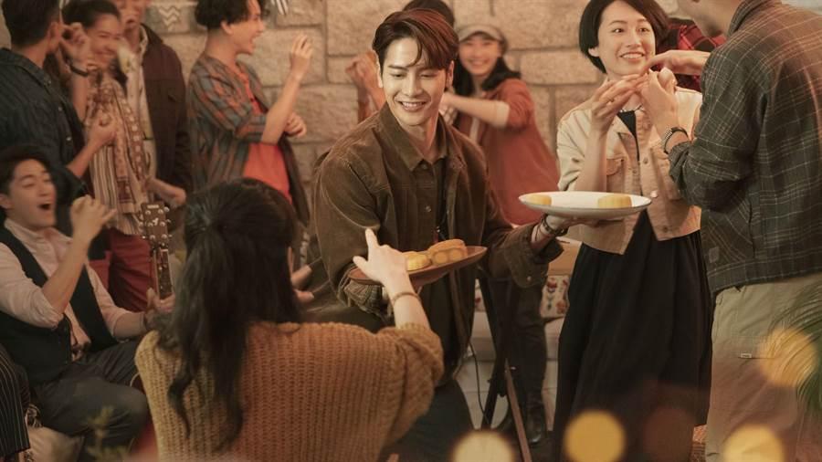 首次擔任代言人的Jackson則大爆自己特別愛吃流心月餅(圖/美心月餅提供)