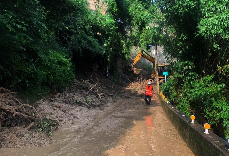 台中市農路連日來受到強降雨侵襲受損,水利局獲報後立馬出動前往搶通。(陳世宗翻攝)