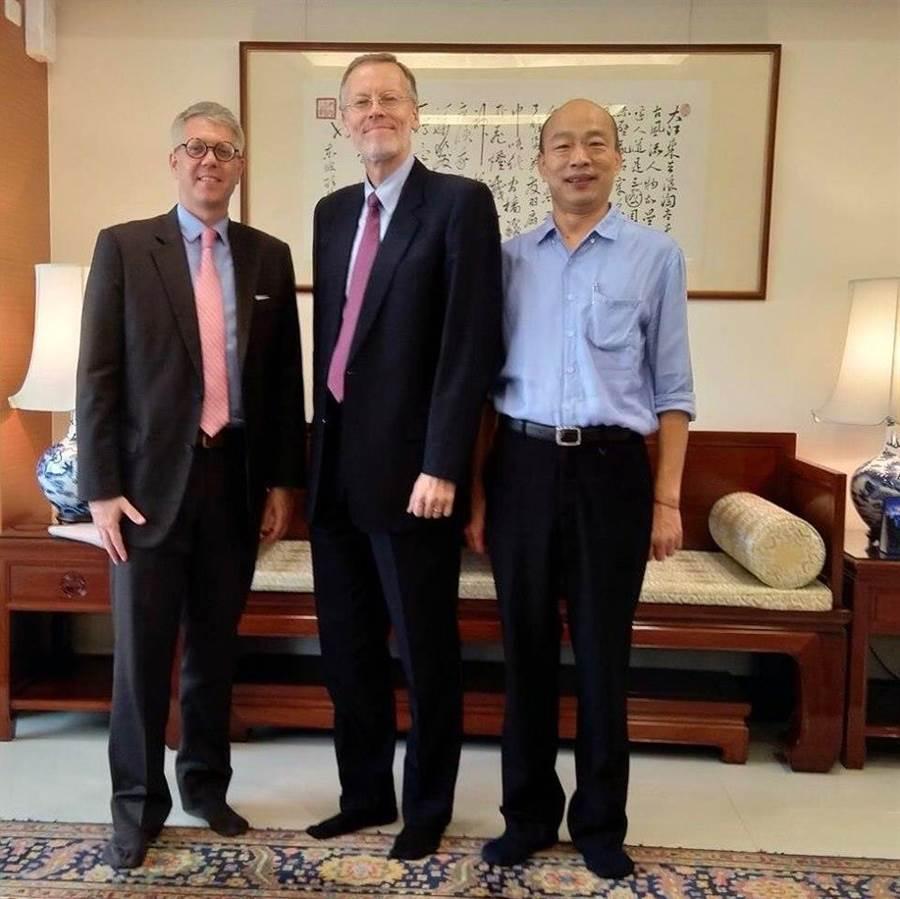 酈英傑(中)與韓國瑜(右)的合照。(圖片翻拍自美國在台協會臉書)