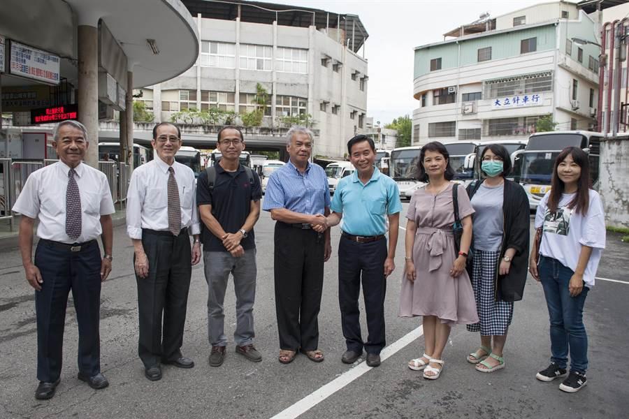 在市議員吳敏濟(右四)積極協調下,豐原客運董事長林伯洋(左四)答應211路公車將復駛下午班次。(陳淑娥攝)